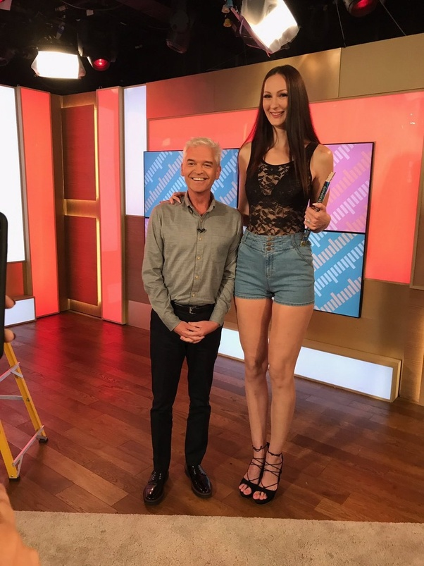 Extremely tall sexes women
